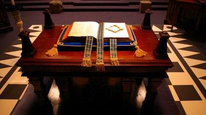 Resultado de imagen para fotos de la biblia sobre el ara masonica